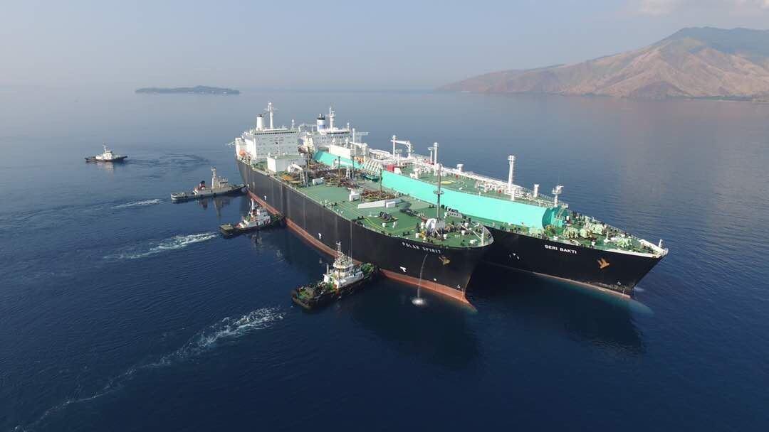 コック・サプライ&トレーディングが中国の民間企業JOVOおよびマレーシアの船舶保有会社MISCと共に、複数回の船舶間LNG移送の第1回目を完了させる。(写真:ビジネスワイヤ)