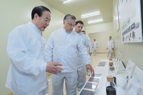 At Samsung SDI's completion ceremony for the construction of its EV battery plant held on May 29, in Goed, Hungary, Samsung SDI President Jun Young-hyun (left) is explaining lithium ion battery material to Hungarian Prime Minister Viktor Orban (middle). (Photo: Business Wire)