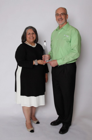 Gloria Lopez Carter from the City of Dallas Municipal Court, Texas, accepts the award from Tyler's Sandy Peters. (Photo: Business Wire)