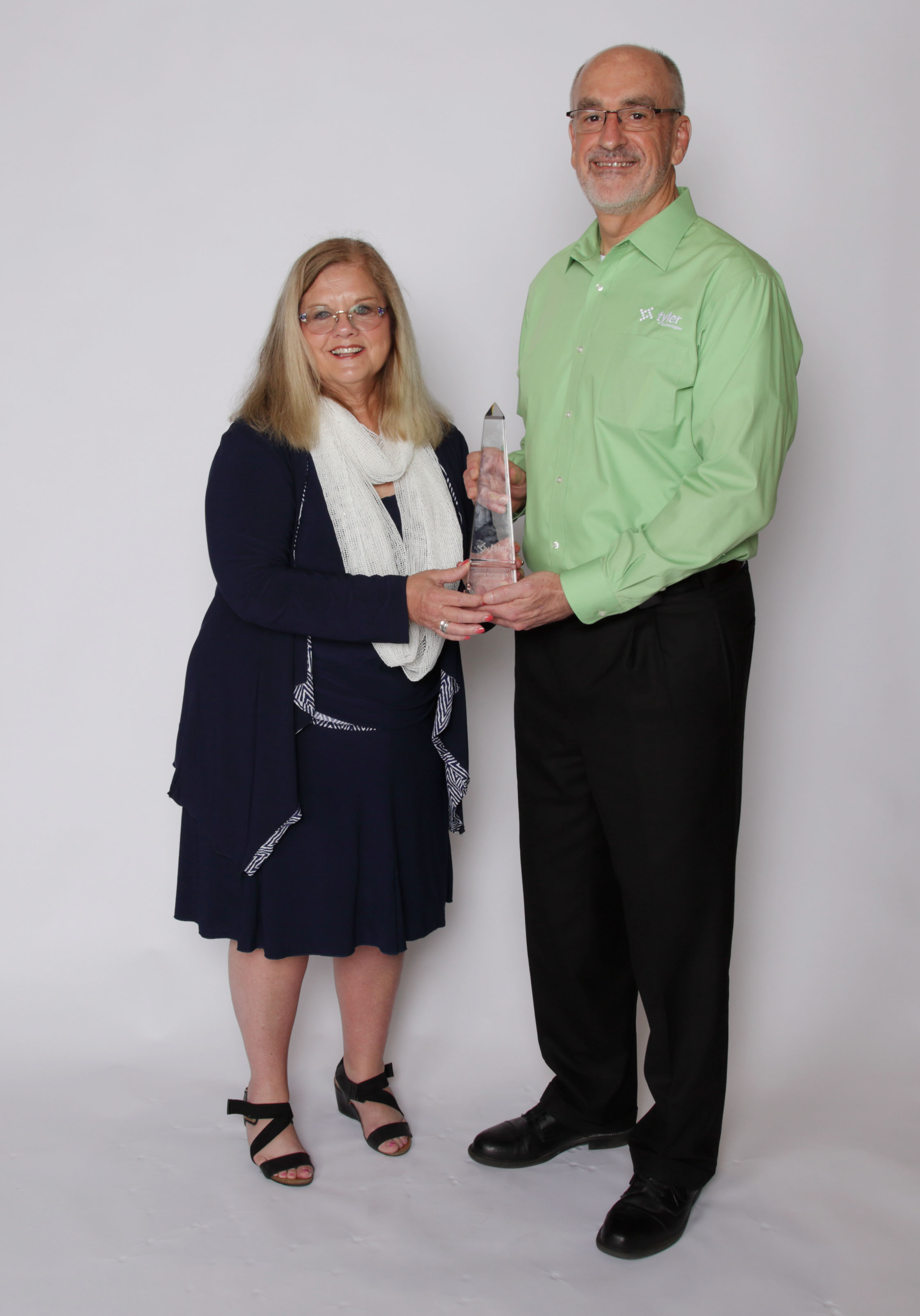 Sue Farni from the Mobile Police Department, Alabama, accepts the award from Tyler's Sandy Peters. (Photo: Business Wire)