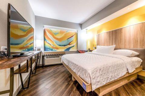 部屋は現代的で、面積を有効活用して設計され、自然光が入る特大窓、150ものディレクTVチャンネルが視聴できる55インチのテレビを備えています。(写真:ビジネスワイヤ)