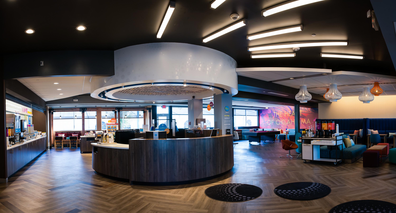 新たなイメージによる広いロビーには、2,880平方フィートの公共スペースがあり、仕事、ゲーム、食事、ラウンジに利用できるエリアが設けられています。(写真:ビジネスワイヤ)
