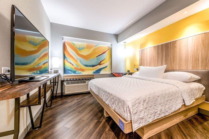 现代化客房在设计时充分利用了每处空间,超大窗户能够提供自然光线;55英寸电视拥有150个DIRECTV频道。(照片:美国商业资讯)