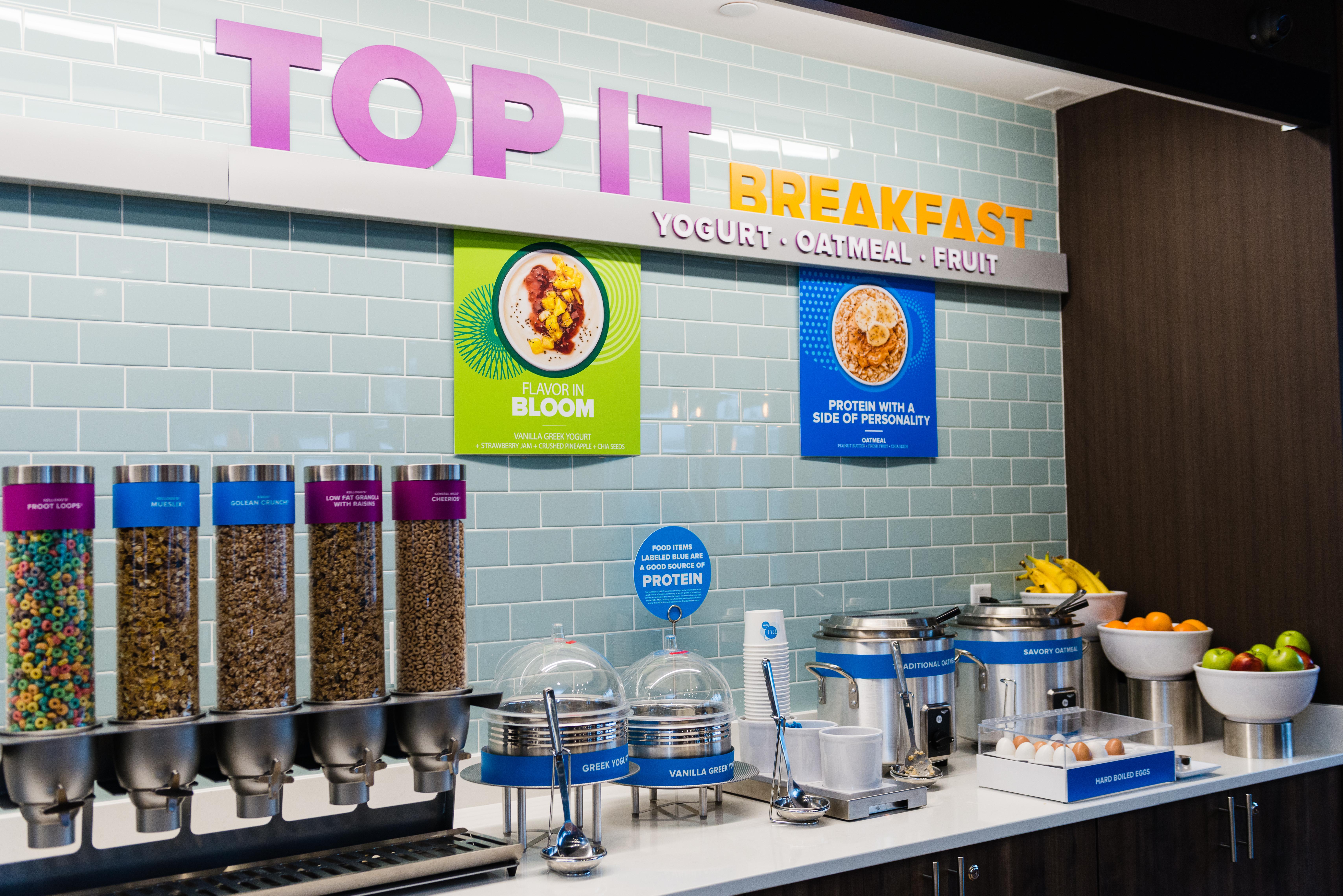 """重新规划的早餐拥有自助式免费""""Top It""""早餐柜台,摆放有30种贴心、可口的配料,宾客可藉此打造其独有的健康早餐或盛宴。(照片:美国商业资讯)"""