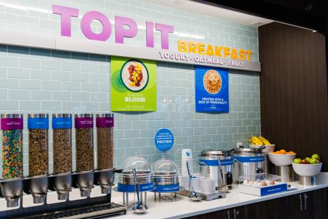 """重新設計的早餐擁有自助式免費""""Top It""""早餐櫃檯,擺放有30種貼心、可口的配料,賓客可打造獨有的健康早餐或盛宴。(照片:美國商業資訊)"""
