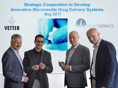 VetterとMicrodermics によるドラッグ・デリバリーにおけるイノベーションに向け提携。写真左から.: Dr. Claus Feussner, Vetter開発センター・シニア・バイス・プレジデント、Prof. Boris Stoeber, 共同創業者兼CTO; Grant Campany, プレジデント兼 CEO (Microdermics); Dr. David Brett, Vetter プロダクト&サービス・マネジメント・チーム・リーダー 写真提供: Vetter Pharma International GmbH / Microdermics Inc. (Photo: Business Wire)