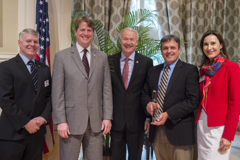 ​(L to R) ArDEC Chairman Bill Burgess, Cooper Texarkana Distribution Manager Curtis Schneekloth, Arkansas Governor Asa Hutchinson, Cooper Texarkana Plant Manager Scott Cole and ArDEC Vice-Chair Lenka Horakova (Photo: Business Wire)