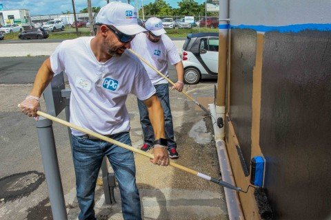 As part of its Colorful Communities initiative, more than 35 PPG employee volunteers helped protect and beautify the Food Bank of Puerto Rico. (Photo: Business Wire)