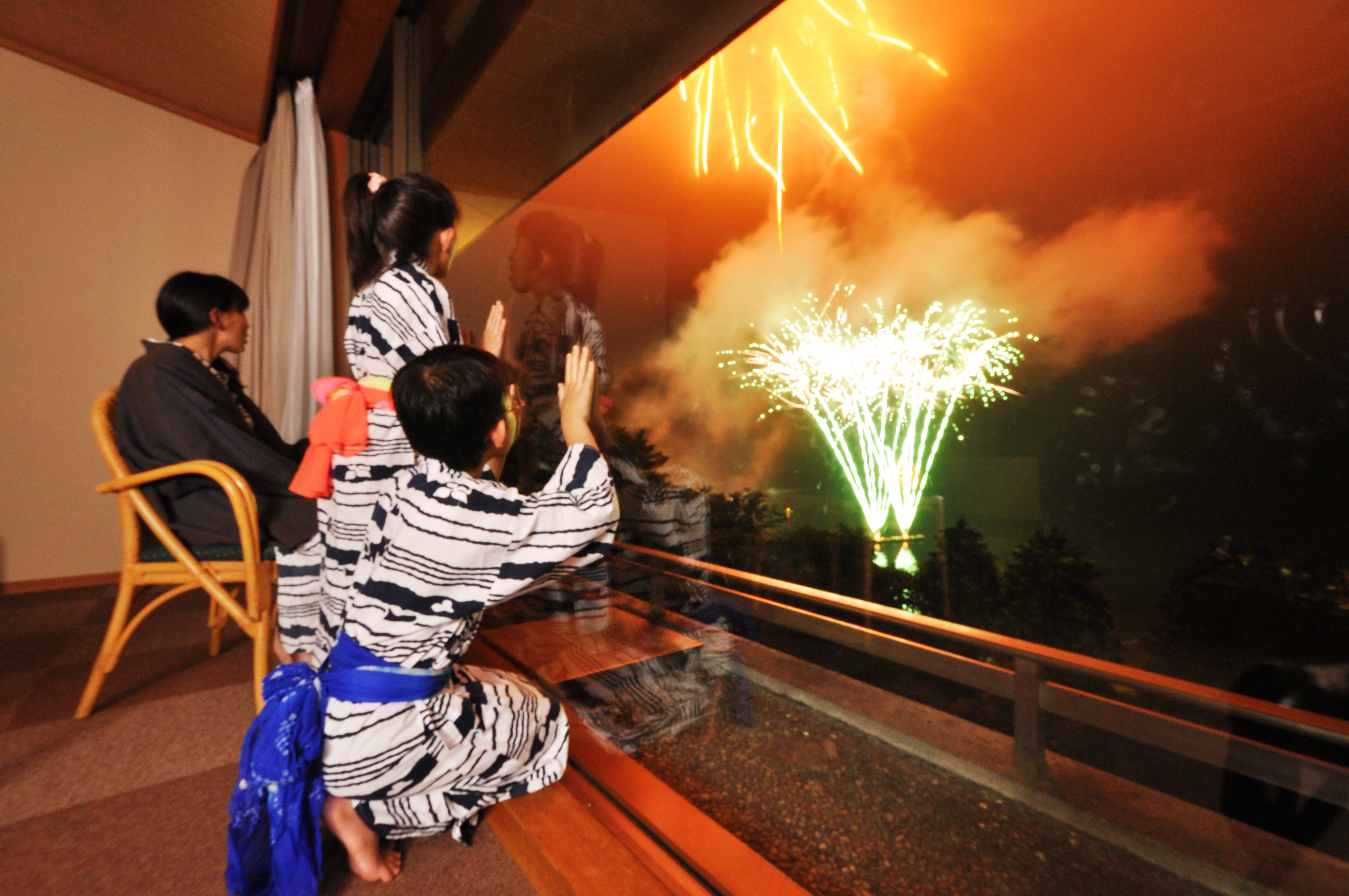 Enjoy viewing beautiful fireworks at Ryuguden Ryokan in Hakone - Fireworks at Ashinoko, Hakone (Photo: Business Wire)