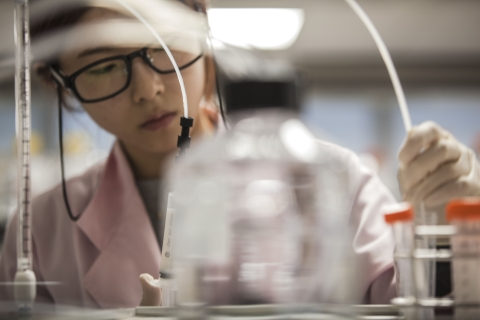 Engineer at the Samsung Bioepis R&D Center. (Photo: Business Wire)