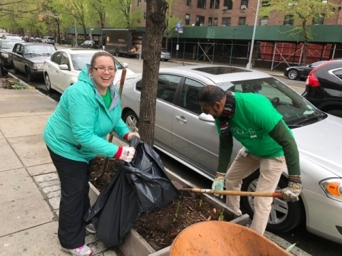 New York City: Go Green Employee Resource Group volunteers support the Harlem Grown event. The urban garden includes a large greenhouse, outdoor gardens, street plantings and a chicken coop! (Photo: Business Wire)