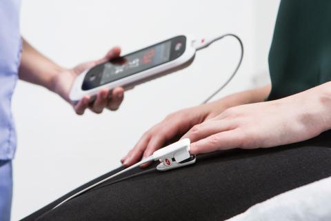 Masimo Rad-67™ Pulse CO-Oximeter® with rainbow® Super DCI®-mini Sensor (Photo: Business Wire)