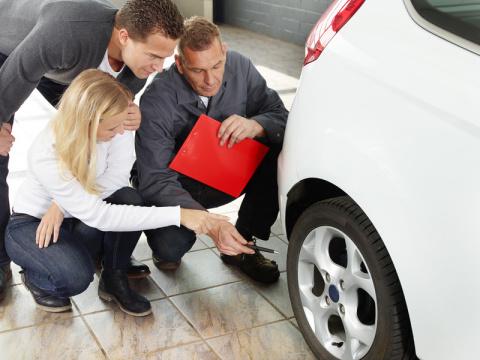 Hinschauen lohnt sich: ReifenDirekt.de gibt Tipps zum Gebrauchtwagenkauf (Photo: Business Wire)