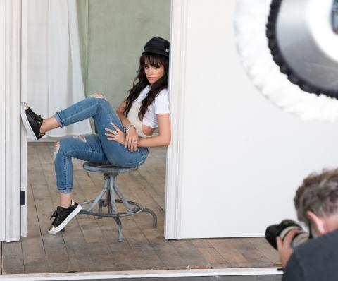 Camila Cabello ist das neue Gesicht der globalen Marketingkampagne von SKECHERS, die im Herbst 2017 startet (Foto: Business Wire)