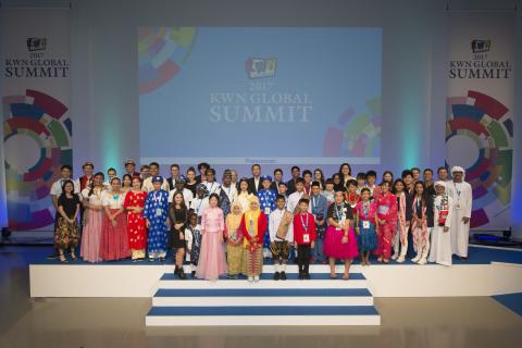 8月4日 「KWNグローバルサミット2017」52名の各国受賞キッズ・ジャーナリストとパナソニック株式会社 執行役員 竹安聡 (写真:ビジネスワイヤ)