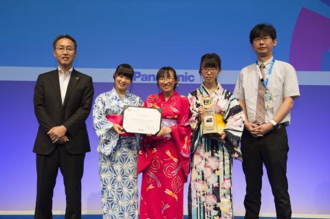 中学生・高校生部門グランプリの日本(福島)の生徒たちと、パナソニック 竹安執行役員(左)(写真:ビジネスワイヤ)