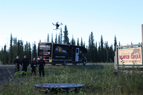 Lancement Explorer150: un événement historique. Beavercreek, Yukon : Explorer150, le premier voyage diffusé d'un drone à travers le Canada, a entamé la première partie de son voyage de 11 000 km. Les Canadiens intéressés à suivre son périple peuvent visiter le site www.duracelldrone.macleans.ca/fr/  (Photo: Business Wire)