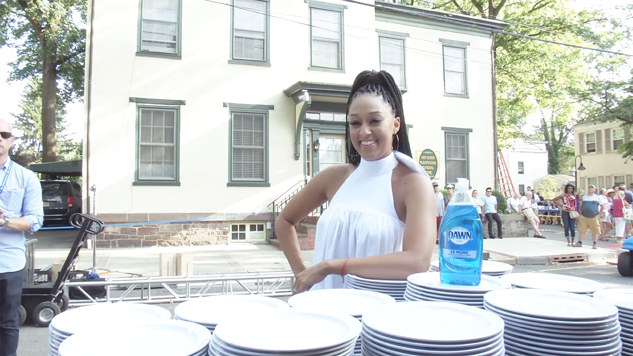 Dawn Hosts 2,000ft Table Dinner in Lambertville, New Jersey and Cleans the Dishes of the Entire Town