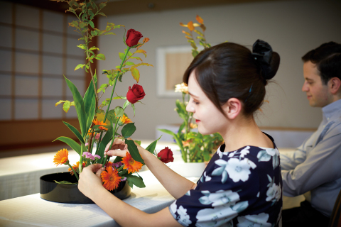 "From August, 2017, Keio Plaza Hotel Tokyo starts special 45 minute classes to teach overseas guests about ""Ikebana"" flower arrangement workshops. (Photo: Business Wire)"