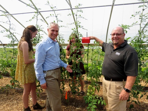 Analog Devices Smart Agriculture Manager Erick Olsen (center) and Senior Engineer Rob O'Reilly are pictured alongside ConVal Regional High School Farm to Fork Fellows viewing tomatoes grown with the company's crop monitoring solution. (Photo: Business Wire)