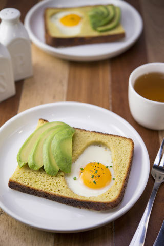 Avocado brioche frog in a hole. Sliced fresh avocado with toasted slice of brioche bread and sunny side up egg. (Photo: Hass Avocado Board)