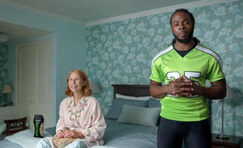 "Wonderful Pistachios teams up with Seattle Seahawks cornerback Richard Sherman and Green Bay Packers linebacker Clay Matthews to kick off ""Put a Smile on Your Snackface,"" its biggest football campaign ever.   In the campaign, Sherman and Matthews star in separate commercials featuring pistachio lovers who may be unlucky in life, but fortunate to discover the perfect gameday snack to put a smile on their snackfaces. They quickly discover that when you feel good about eating tasty, protein-powered Wonderful Pistachios, you can also feel good about yourself.  Put a smile on YOUR snackface at http://getcrackin.com. (Photo: Business Wire)"