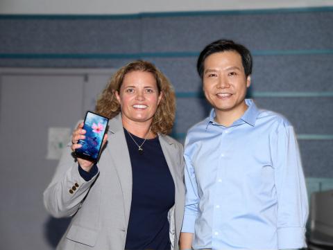 Elliptic Labs首席执行官Laila Danielsen和小米首席执行官雷军。新款小米MIX 2手机超窄边框设计的背后是Elliptic Labs技术的支持。(照片:美国商业资讯)