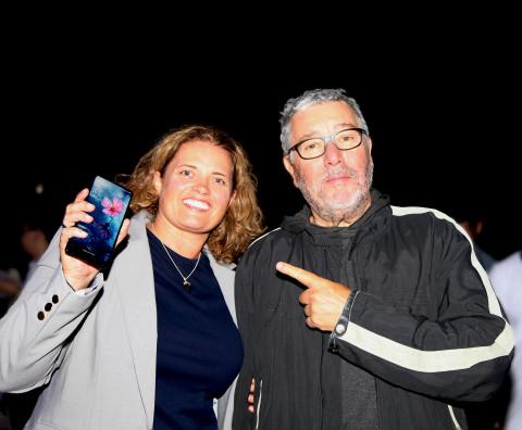 Elliptic Labs首席执行官Laila Danielsen和小米MIX 2手机设计师Philippe Starck。新款小米MIX 2手机超窄边框设计的背后是Elliptic Labs技术的支持。(照片:美国商业资讯)