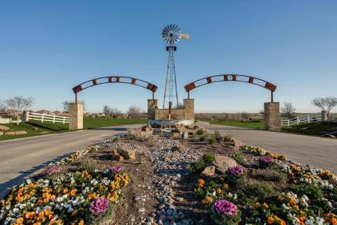 The entrance to Southern Properties Capital's owned and developed Windmill Farms in Forney, Texas (Photo: Business Wire)