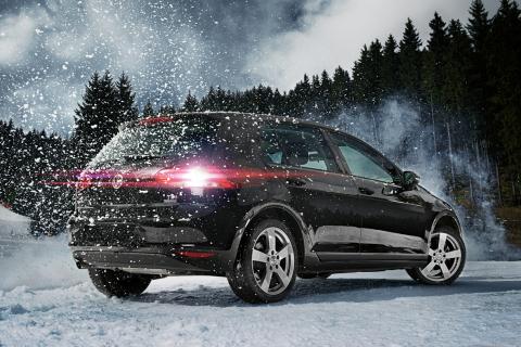 Mehr Sicherheit bei Winterwetter: Autofahrer sollten rechtzeitig auf Winterreifen umrüsten Photo Source: DEZENT (Photo: Business Wire)