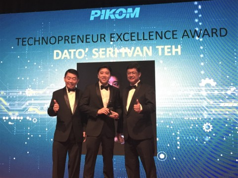 Dato' Seri Ivan Teh (center) on stage to receive the Technopreneur of Excellence award (Photo: Business Wire)