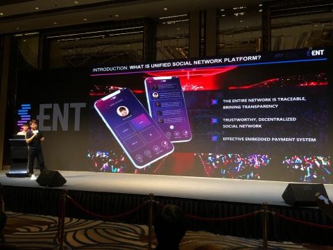 エイムハイ・グローバル会長のWang Xueが、著名人独自トークンをサポートするスマート支払いプラットフォームとしてのENTキャッシュを紹介しました。トークンは、著名人の商業活動を支えるために使用できます。(写真:ビジネスワイヤ)