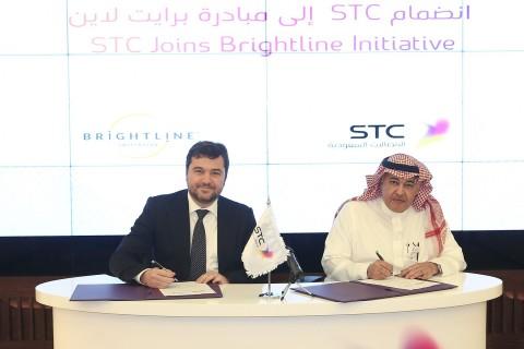 STC集團執行長Khaled Biyari博士和Brightline執行董事Ricardo Vargas簽署加盟協議。(照片:美國商業資訊)