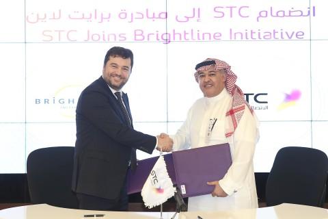 STCグループ最高経営責任者(CEO)のハレド・ビヤリ博士とブライトラインのエグゼクティブディレクターのリカルド・バルガスが連合体の契約書に署名。(写真:ビジネスワイヤ)