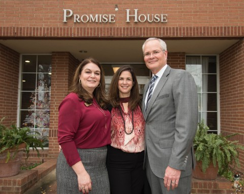 Darren W. Woods, chairman and chief executive officer of Exxon Mobil Corporation, right, and his wife Kathy presented a $50,000 gift to Promise House CEO Dr. Ashley Lind, left, to assist in its mission of providing critical services to homeless children and teens on December 4, 2017 in Dallas. (Photo: Business Wire)