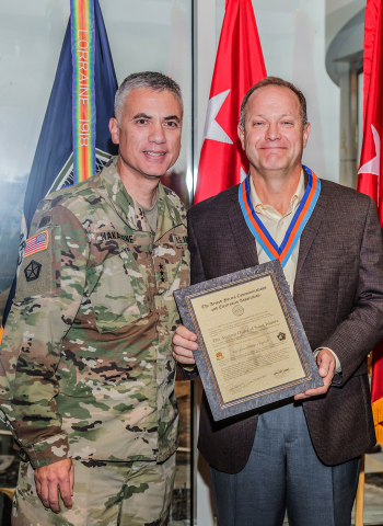 Maj. Gen. George J. Franz, USA (Ret.) receiving the award from Lt. Gen. Paul Nakasone, commander of the United States Army Cyber Command (Photo: Business Wire)