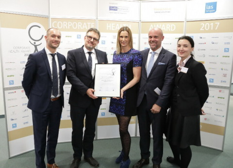 Vetter's Senior Vice President Human Resources, Markus Maiwald (second from left) and Petra Hagel, Head of Vetter's Occupational Health Management (middle) receiving the Corporate Health Award's recognition of excellence. © EuPD Research/Jörn Wolter (Photo: Business Wire)