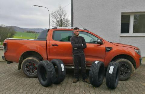Chris Wäger aus dem Saarland freut sich über seinen gewonnenen Satz Falken Winterreifen (Photo: Busi ...