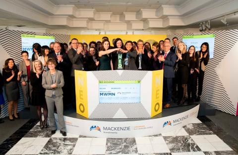 Mackenzie Financial Corporation (« Mackenzie Investments »), incluant Prerna Chandak, vice- présidente adjointe chargée des Fonds négociés en Bourse (Exchange Traded Funds - ETF) chez Mackenzie Investments, a rejoint Julia Kassam, responsable du marketing et des communications à la NEO Bourse (« NEO »), pour ouvrir le marché afin de célébrer le lancement de leur deuxième introduction en bourse d'ETF sur NEO. Le Mackenzie Global Leadership Impact ETF (MWMN), dont la cotation a débuté le lundi 4 décembre, permet aux investisseurs d'accéder à des sociétés internationales faisant la promotion de la diversité des genres et du leadership des femmes. (Photo: Business Wire)