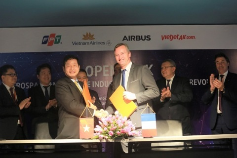 Mr. Truong Gia Binh, Chairman of FPT Corporation and Mr. Marc Fontaine, Digital Transformation Officer of Airbus. (Photo: Business Wire)