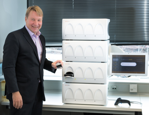 Tuomas Tenkanen (Mobidiag CEO) and the fully automated Novodiag® system (Photo: Mobidiag)