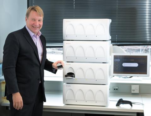 Tuomas Tenkanen (PDG de Mobidiag) et le système automatisé Novodiag® (Photo: Mobidiag)