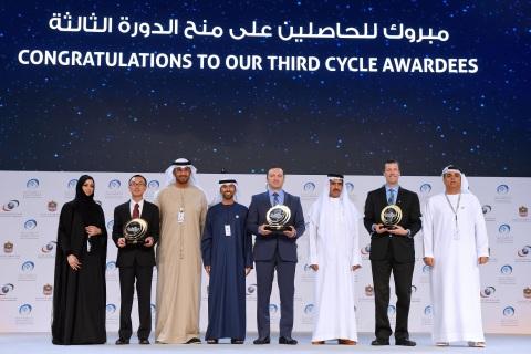 Il Programma di Ricerca degli Emirati Arabi Uniti per l'aumento delle precipitazioni piovose ha deciso di assegnare un premio di 5 milioni di dollari a gruppi di ricerca provenienti da Stati Uniti, Cina e Russia