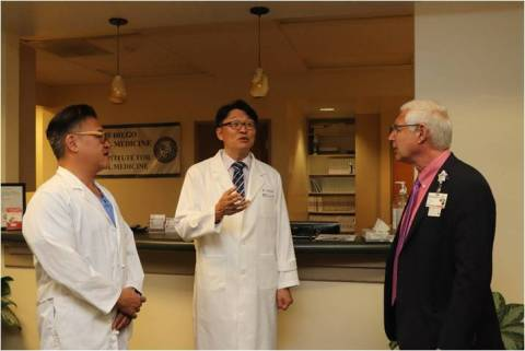Dr. Kim with Dr. Goldstein and Dr. Eugene Rhee. (Photo: Business Wire)