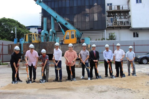 """地产发展商的团队和马师傅带领""""马家军""""合照 (照片:美国商业资讯)"""