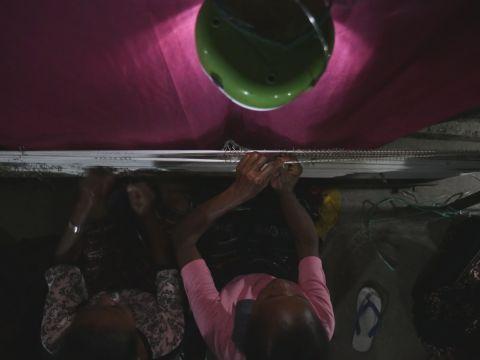 作为手工艺品出售的伊卡特(Ikat)挂毯可在夜间编织,从而使得印尼Riangbaring村的村民收入增长。(照片:美国商业资讯)