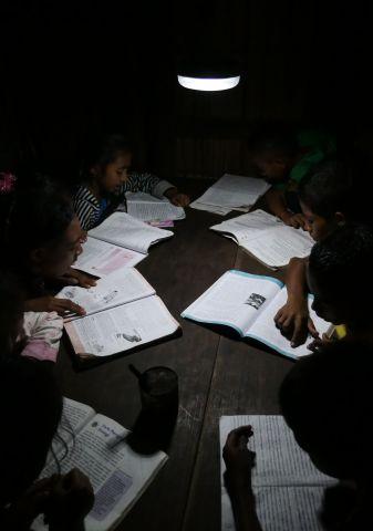 太陽能燈還用於輔助學齡兒童夜間讀書。(照片:美國商業資訊)