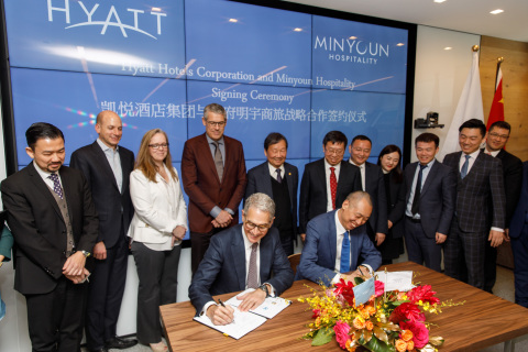 Mark Hoplamazian, President and Chief Executive Officer, Hyatt Hotels Corporation and Zhang Jianming, Chairman, Tianfu Minyoun Hospitality entered into a strategic development agreement to drive the expansion of Hyatt Place and Hyatt House hotels in China. They were joined by members of Hyatt Hotels Corporation, Tianfu Minyoun Hospitality, Road King Infrastructure Ltd., Sichuan Tianfu Bank, and Nuo Ruide. (credit: John Gress Photography)