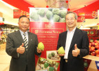 Council of Agriculture Minister Lin Tsung-hsien (left) and Mitagri Co. Chairman Chen Yu-jan both holding an atemoya pose for photos during a visit to a local supermarket as part of a business trip to Malaysia on Friday. Lin and Chen were in Kuala Lumpur to promote Taiwan-produced atemoyas as well as to gain a deeper understanding of the sales facts of imported fruits from Taiwan in Malaysia. (Photo: Business Wire)