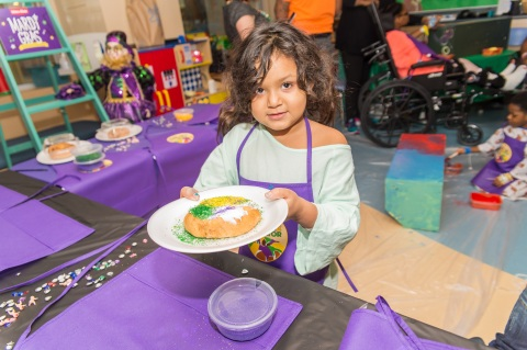 In celebration of Mardi Gras and the community partnership, the Winn-Dixie team decorated mini king cakes with the children at the Ochsner Hospital for Children. (Photo: Business Wire)